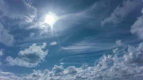 4k Taym sveper daghimmel med fluffiga moln som kretsar videoen lager videofilmer