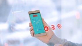4K Tecnología casera elegante La persona utiliza el smartphone para la automatización casera elegante almacen de video
