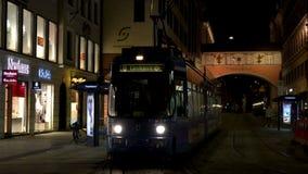4K teledysk miasto tramwaj przy nocą Maximilianstrasse, Monachium, Niemcy zbiory