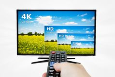 4K televisievertoning met afstandsbediening Stock Foto