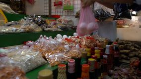 4K, tienda con las botellas del diferente tipo para la comida taiwanesa tradicional mercado almacen de video