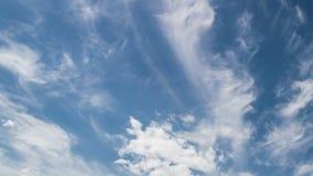 4k tijd-tijdspanne fotografie daghemel met pluizige wolken stock videobeelden