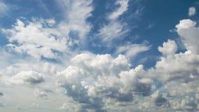 4k tijd-tijdspanne fotografie daghemel met pluizige wolken stock video