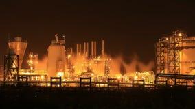 4k tijd-tijdspanne van het bedrijf van de Olieraffinaderij bij nacht stock footage