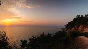 4K tijd-tijdspanne, Weg naast het overzees in zonsondergang, Chanthaburi, Thailand stock video