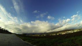 4K tijdoverlappingen groen gebied en grijze weg onder witte wolken stock footage