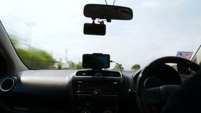 4K tijdtijdspanne de man die een auto op de weg met onduidelijk beeld en bewegings verwerkte motie drijven stock video