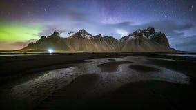 4K tijdtijdspanne van aurora borealis over MT vestrahorn, IJsland stock video