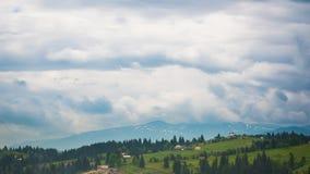 8K tijdtijdspanne van blauwe hemel met wolken over berg stock video