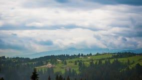 8K tijdtijdspanne van blauwe hemel over berg stock videobeelden