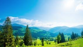 8K tijdtijdspanne van blauwe hemel over berg stock footage