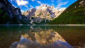 4K tijdtijdspanne van Braies-Meer bij zonsopgang, Dolomiet, Italië stock video