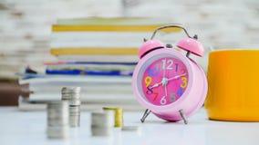 4K tijdtijdspanne van Geldmuntstukken gestapelde daling met stethoscoop stock video