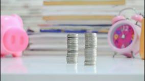 4K tijdtijdspanne van gestapelde Geldmuntstukken stock video
