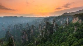 4K tijdtijdspanne van het nationale park van Zhangjiajie bij zonsondergang, Wulingyuan, Hunan, China stock video