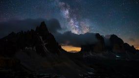 4K tijdtijdspanne van melkachtige manier met Tre Cime in het Dolomiet, Italië