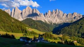 4K tijdtijdspanne van Odle-berg met kerk van St Maddalena, Dolomiet, Italië stock video