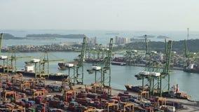 4K tijdtijdspanne van schip en kraanbeweging bij de industriehaven stock videobeelden