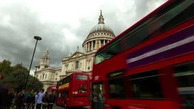 4K tijdtijdspanne van verkeer door St Paul Kathedraal, Londen stock footage