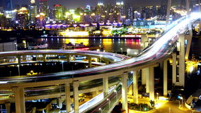 4k-Time Versehen, Ampeln schleppen u. Fahrzeuge auf Überführungsbrücke nachts stock footage