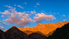 4K Timelape Si rannuvola le cime della montagna ad un tramonto video d archivio