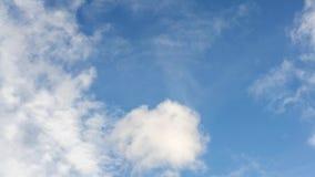 4K Timelaps των άσπρων σύννεφων σωρειτών με το μπλε ουρανό μια ηλιόλουστη ημέρα του καλοκαιριού απόθεμα βίντεο