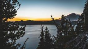 4k Timelapse日出sunsetat火山口湖国家公园,有狂放的火燃烧的俄勒冈影片夹子在 股票录像