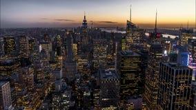 4k Timelapse纽约曼哈顿,对夜转折的天影片夹子与财政区地平线 股票录像