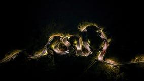 4K Timelapse a élevé l'entraînement de voitures de vue sur beau S a courbé la route la nuit banque de vidéos