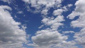 4k Timelapse, άσπρα σύννεφα που κινείται πέρα από το μπλε ουρανό στο φως του ήλιου Όμορφο cloudscape στον αέρα φιλμ μικρού μήκους