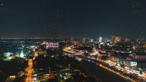 4K Timelapse των επιπλεόντων φαναριών και των ανθρώπων στο φεστιβάλ Yee Peng ή εορτασμός Loy Krathong σε Chiangmai, Ταϊλάνδη φιλμ μικρού μήκους