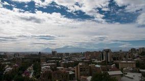 4K Timelapse των σύννεφων επάνω από την πόλη με το τεράστιο βουνό πίσω απόθεμα βίντεο