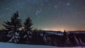 8K Timelapse звезд двигая в ночное небо, звёздное небо поворачивая вокруг земли сток-видео