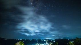 4K timelapse 与云彩的银河在村庄上在一个山区 2015年7月15日,巴厘岛,印度尼西亚 股票录像
