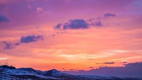 4K timelapse 在山的明亮的桃红色日落 股票录像