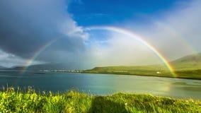 4K timelapse 在邻里Grundarfjordur (Grundarfjörður) -喜爱放牧移动微风和彩虹 股票录像