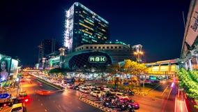 4K timelapse 夜汽车的迅速运动在路的在摩天大楼附近在曼谷,泰国 2016年1月 股票视频