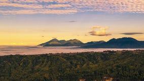 4K timelapse 用云彩盖的山的全景 2015年7月15日,巴厘岛,印度尼西亚 股票录像