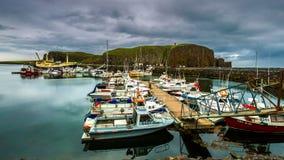 4K timelapse Afdrijvende boten bij het dok op een bewolkte dag Stykkishó lmur Haven, IJsland 15 Juni 2015 stock footage