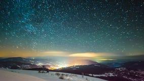 8K Timelapse av himmel för stjärnainflyttningnatt, stjärnklar himmel som vänder runt om jorden stock video