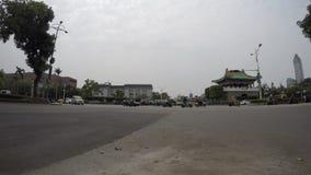4k Timelapse av trafik som kör på vägen nära porten i den taipei staden lager videofilmer