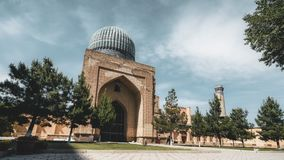 4k Timelapse Bibi-Khanym与美丽的明亮的蓝色圆顶的清真寺复合体,富有的马赛克影片夹子  影视素材