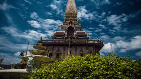 4K timelapse Camerabeweging rond oude pagode de Wat Chalong-tempel stock footage
