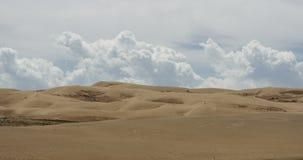 4k timelapse chmury wielka biała bufiasta masa stacza się nad pustynnymi piasek diunami zbiory