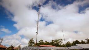 4K Timelapse, cloudscape i pannelli solari ed il generatore eolico in contryside con cielo blu stock footage