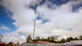 4K Timelapse, cloudscape solpanelerna och vindturbinen i contryside med blå himmel arkivfilmer