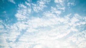 4K Timelapse das nuvens brancas do cúmulo com céu azul em Sunny Day Of Summer filme