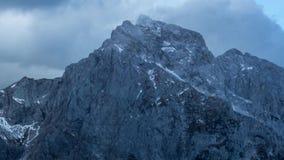 4k Timelapse das nuvens que atravessam a montanha em cumes julianos video estoque