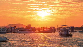4K timelapse De boten drijven bij een pijler Chalong af bij zonsopgang in Phuket stock video