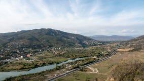 4K Timelapse de la carretera con los coches Ciudad, río y montañas del campo en el fondo metrajes